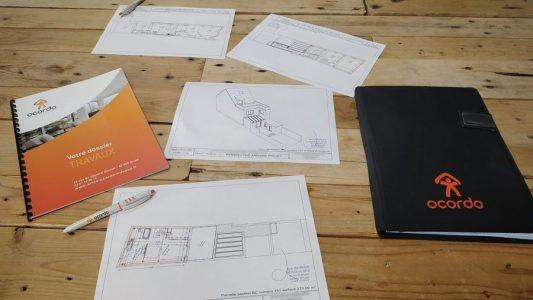 Présentation des plans d'un architecte pour le réagencement d'une maison à Arras